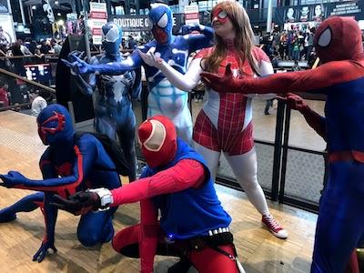 Spiderman dans les allées du festival ComicCon pendant les vacances de la Toussaint